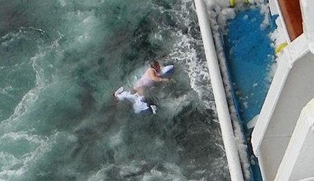 Una mujer enferma de 73 años cae de un crucero a las aguas del Ártico.